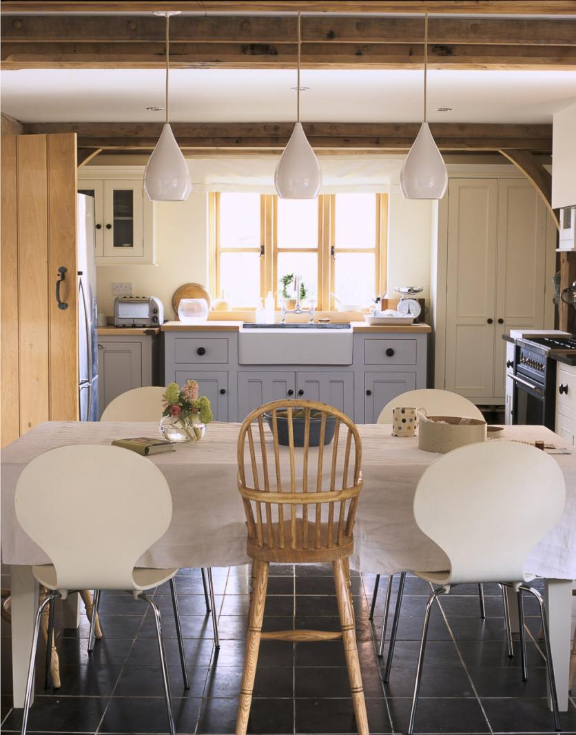 Beautiful English country bespoke kitchen by deVOL Kitchens. COME TOUR THESE Classic Traditional Kitchens to Inspire! #classic #countrykitchen #englishcountry #shaker #traditional #kitchendesign